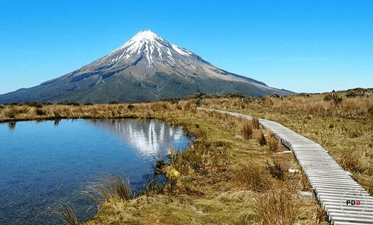 Landschaft in Neuseeland mit Berg und See